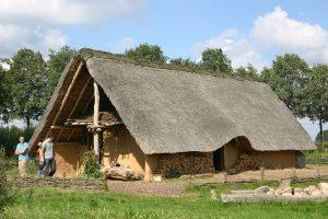 Prehistorisch huis van hout, leem en riet