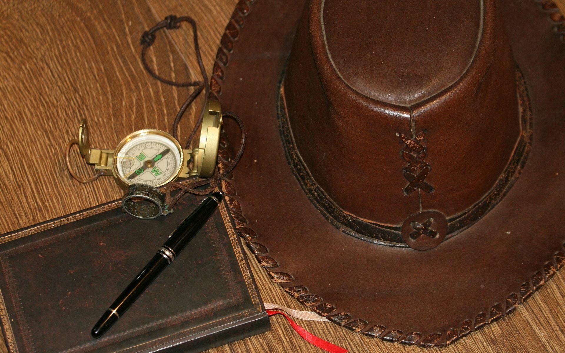 hoed, kompas, notitieblok