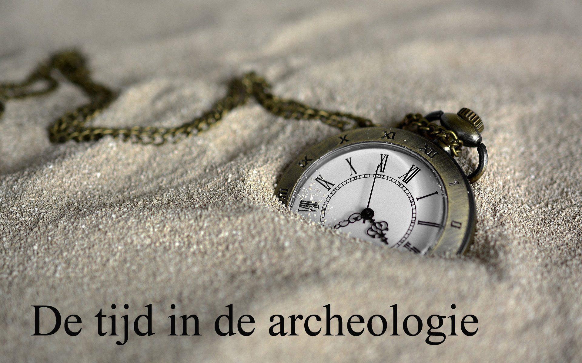 Half begraven zakhorloge. De tijd in de archeologie