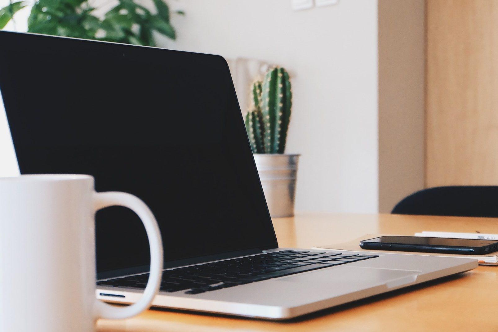 laptop op kantoor